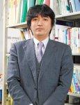 足立 基浩(あだち・もとひろ) 1968年、東京都生まれ。和歌山大学経済学部教授。 慶應義塾大学経済学部卒業後、新聞記者を経てイギリスに留学。2001年ケンブリッジ大学大学院土地経済学研究科にて博士号を取得。国内約300カ所、海外約15カ国での調査をもとに、全国のまちの活性化に向けて、経済学や経営学の理論と現場とをつなげるまちづくり論を主に研究している。大学で教壇に立つ一方、2005年より和歌山市の中心市街地活性化事業にも取り組む。主な著書に『シャッター通り再生計画―明日からはじめる活性化の極意』『イギリスに学ぶ商店街再生計画―シャッター通りを変えるためのヒント』(ともにミネルヴァ書房)ほか多数。