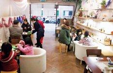 和歌山大学の学生と市民ボランティアが運営するカフェ(名称カフェWith)。客層が若く、活気が感じられる