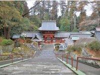 国指定重要文化財である一之宮貫前(ぬきさき)神社。参道の正面から石段を上り、鳥居、総門を潜ったところで石段を下るという珍しい「下りの宮」として知られている