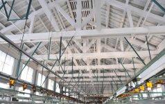 繰糸場の内部。いわゆるキングポストトラス方式をとっている。このため、柱が下の床まで延びておらず、広い空間が保てる
