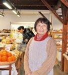 「ぜひ富岡の野菜を食べてみ てください」と話すおかって市場 の高橋公子さん
