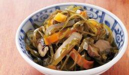「毎日のお惣菜」の中でも人気メニューの一品。すき昆布の産地として有名な普代(ふだい)村から取り寄せ、昔ながらの味付けで炊き上げられた、「三陸・普代産のすき昆布煮」