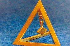 サンプル品のピラミッド。溶接や取り付けは一切行わず、角状の材料を切削のみで仕上げている