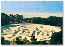 有明浜の白砂に描かれた「銭形砂絵」。藩主、生駒高俊公を歓迎するために一夜にしてつくられたという