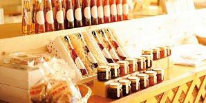 高級感のあるパッケージデザインに統一されたさくらんぼ製品。ジャム、酢、ピクルス、マヨネーズ、ドレッシングなどがある。ジャムは札幌商工会議所「北のブランド2014」に認証された