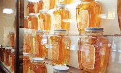 店の奥の棚にずらりと並ぶ「粟飴」瓶。透明なあめは、見事なほどに美しく、今も昔も変わらない姿だ