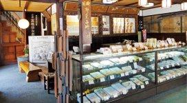 国の登録有形文化財に指定されている本店の中。梁(はり)には、高田城の旧材が用いられた、昔ながらの商家の造り