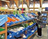 安芸駅前にある地場産センター。安芸の新鮮な野菜や魚介を扱っている