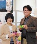 「昨年、京都嵐山の法輪寺で開催された宙フェスには、星のアクセサリーや洋服を身につけた宙ガールがたくさん来場してモチベーションが上がりました」と語る藤田彩香さん(左)と都築泰久取締役企画部部長