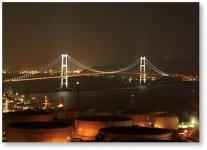 近年注目を浴びている室蘭港内に架かるつり橋「白鳥大橋」を中心にした工場夜景。室蘭は湾を取り囲むように山があるため、高台から見下ろしやすいのも特徴だ