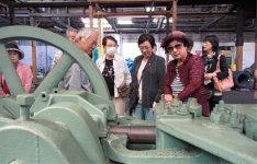 今回のツアーで訪れた安田工業は、明治28(1895)年創業、日本の洋釘づくりのルーツ。1894年アメリカ製の製釘機を前にするツアー参加者