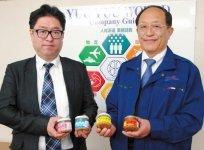 「食品メーカーではない強みは、いいアイデアがあれば設備投資をせずに商品開発できるところ」と語る小川恒夫社長と白濱一久さん(左)