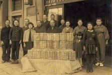 昭和18年ごろ、戦地に送る慰問袋を店から出荷する際の記念写真