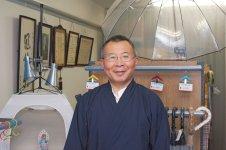 須藤社長は十代目にして初の直系男子。若いころは会社勤めをしていたが、昭和58年に先代から「ビニール傘が売れなくて困っているから会社を手伝ってくれないか」と言われたのだという