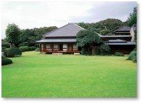 明治17年に徳川幕府、最後の将軍である徳川慶喜の弟、徳川昭武が建設し、後半生を過ごした戸定(とじょう)邸。平成3年に周囲の敷地2.3haが「戸定が丘歴史公園」として整備され一般公開されている