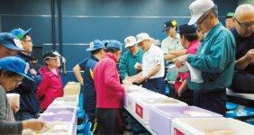 毎朝通う函館市水産物地方卸売市場での、ウニの競りの様子