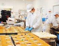 数十種類に及ぶ仕出し料理や弁当は、本社内にある調理場でつくられる