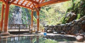 北上市内から夏油川渓流沿いに行くとブナ原生林に囲まれた秘湯の夏油温泉にたどり着く。全国名湯100選の一つ