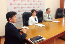 フィリピンのマプア大学との学生国際インターンシッププログラムにかかる契約調印式に臨む社長の二ノ宮紀子さん(中央)と専務取締役の堀安吉城さん(左)
