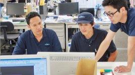 フィリピンから来日し、先月から秩父工場での勤務を開始したアラン君(左)。フィリピンにおける将来の中核人材として期待が寄せられている