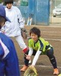 地元の学生たちにソフトボールの基礎などを教えるクリニックを定期的に開催