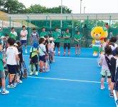 テニス部は男子6人、女子1人、男女各1人のプロ契約選手で構成。「キッズテニス」教室には多くのちびっこ選手が集まる