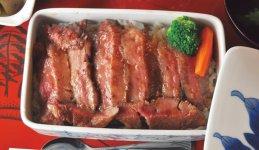 さまざまな伊万里牛の和風料理を伊万里焼の重箱に入れる「伊万里牛の重箱御膳」。楽しめる料理は店によって異なる