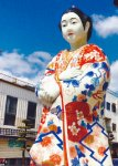 伊万里駅前では伊万里焼の美人像が出迎えくれる