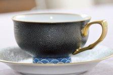 伊万里焼には革新が必要」と語る畑石 さん。キュイールデザインのマグカップ