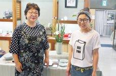 伊万里焼を現代風にアレンジした食器を提案している虎仙窯。写真は虎仙窯で活躍している川副敏子さん(左)と浦郷友恵さん