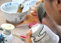 伊万里焼の製作は緻密な手作業。熟練の職人が一つずつ描いていく