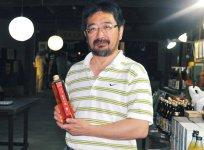 かっぱのミイラでも有名な松浦一酒造。社長の田尻泰浩さんは「このかっぱは、水の神として、わが家を守ってくれている」と新商品である紅茶小酒(こうちゃり きゅーる)を手に笑顔だ