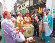 招福伊万里えびす祭りでは、「伊万里で買うBu y! がBuyさがん運動」の抽選会も行われる。中山会頭も七福神に扮して参加している