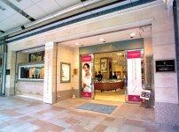静岡駅近くの繁華街・呉服町通りにある安心堂静岡本店。同じ通りにメガネ店とブライダル店が並ぶ
