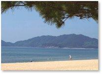 虹ケ浜海岸は、西日本屈指の海水浴場。白砂青松の美しい海岸線が約2.4kmにわたって続く