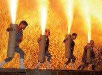 豊川市民まつり「豊川手筒まつり」この祭りでは、 三河地方伝統の手筒煙火400本と大筒煙火が観賞できる。火柱とごう音、抱え手に降り注ぐ火の粉の迫力が見どころだ