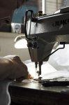 価格はリーズナブルでも、製品の質には徹底的にこだわり、熟練の職人が一針一針丁寧に縫いあげている