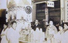 昭和の初め、試食と販売を兼ねて、東京の三越に出店した際の写真