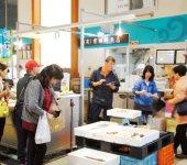 どーや市場に軒を並べる鮮魚店は、口コミの発信地だ
