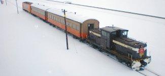 津軽平野の雪原を走る津軽鉄道では最新・最速の新幹線とディーゼル機関車に牽引される列車の両方を楽しめる企画を準備中