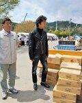 被災地では復興支援ライブの合間をぬって、食料・物資の寄付なども行った(2011年4月、宮城県女川町にて)