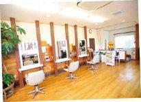 カフェのような内装の美容室。車いすでも来店できるようバリアフリーとなっておりキッズスペースなども設けられている