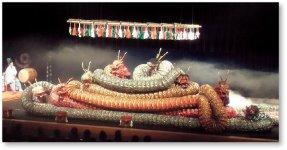 石見神楽の演目「大蛇(おろち)」は、日本書紀巻一にある須佐之男命による八岐大蛇退治を舞にしたもの。浜田商工会議所では、ご当地検定「浜田の石見神楽検定」を実施している