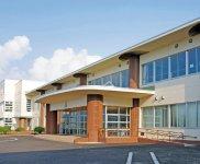 秋田県仙北市立神代小学校。円柱状の柱にWPRCのルーバーが取り付けられ、鉄筋の校舎に温かみと耐久性が加わった