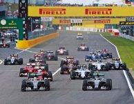 F1日本グランプリ。モータースポーツ最高峰のレースは、最新テクノロジーを結集したF1マシンを操るドライバーたちが熾烈なバトルを繰り広げる。F1マシンの迫力あるエンジン音とスピードはファンを魅了し、決勝には10 万人を超える観客であふれかえる