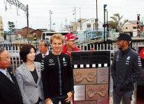 F1日本グランプリで表彰台に立った選手たちの手形とサインのモノリス、モニュメントを近鉄白子駅西口に設置