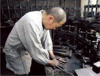 鈴鹿墨。鈴鹿の山々の松を燃やして生じるすすを使って奈良時代後期に生産されたと伝えられれている。経済産業大臣指定の伝統的工芸品に選出されている