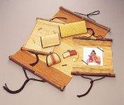 山野に自生する葛の繊維を織り上げた「葛布(くずふ)」。財布、バッグ、掛軸のほかブラインドなどのインテリアとしても愛用されている