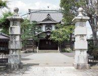 大日本報徳社正門と大講堂。正門左右の門柱には、「道徳門」「経済門」と刻まれており、報徳の教えを象徴している(写真提供:大日本報徳社)