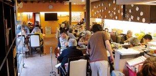 デイサービスでは、通いのお年寄りたちに食事も提供している